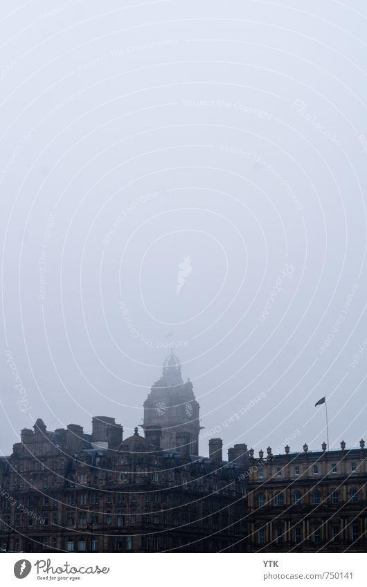 Little Ben lost in the Rain alt Stadt Wolken Haus Architektur Gebäude gehen Stimmung Fassade Regen Nebel Klima Dach geheimnisvoll Fahne Bauwerk