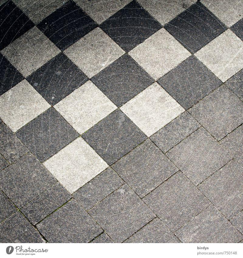 Schachbrettmuster Platz Bürgersteig ästhetisch einfach positiv grau schwarz weiß Design Symmetrie Stadt Muster kariert Quadrat Bodenplatten Anschnitt abstrakt
