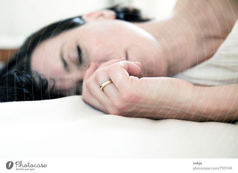 just married Lifestyle elegant Stil schön Erholung ruhig Frau Erwachsene Partner Leben Gesicht Hand 1 Mensch 30-45 Jahre Ring Ehering liegen schlafen ästhetisch