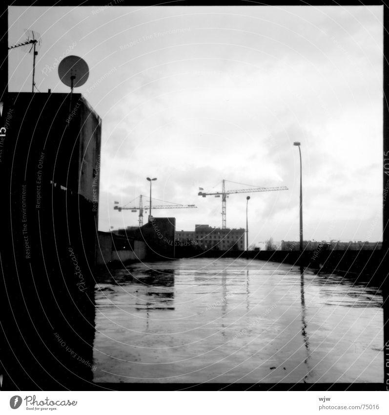 filmreif letztes parkdeck 3 alt Einsamkeit dunkel Regen Gebäude Lampe Beleuchtung nass Beton Hochhaus Perspektive leer analog Quadrat Verfall parken