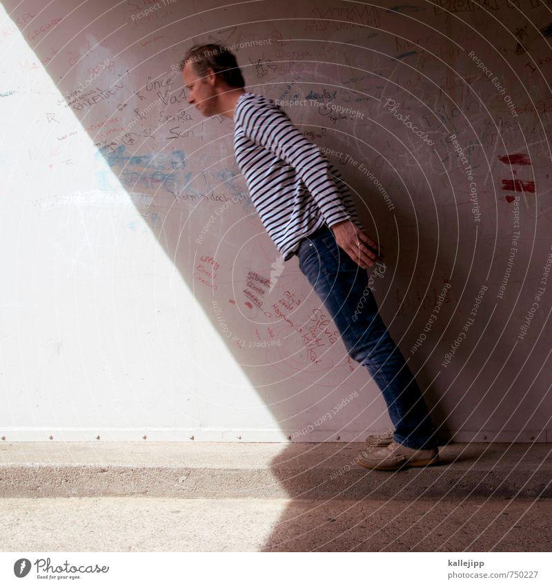 sonnenuhr Mensch maskulin Mann Erwachsene Körper 1 30-45 Jahre Stadt Mauer Wand stehen Sonnenuhr schattenplatz Schattenspiel fallen verrückt Beton schieflage
