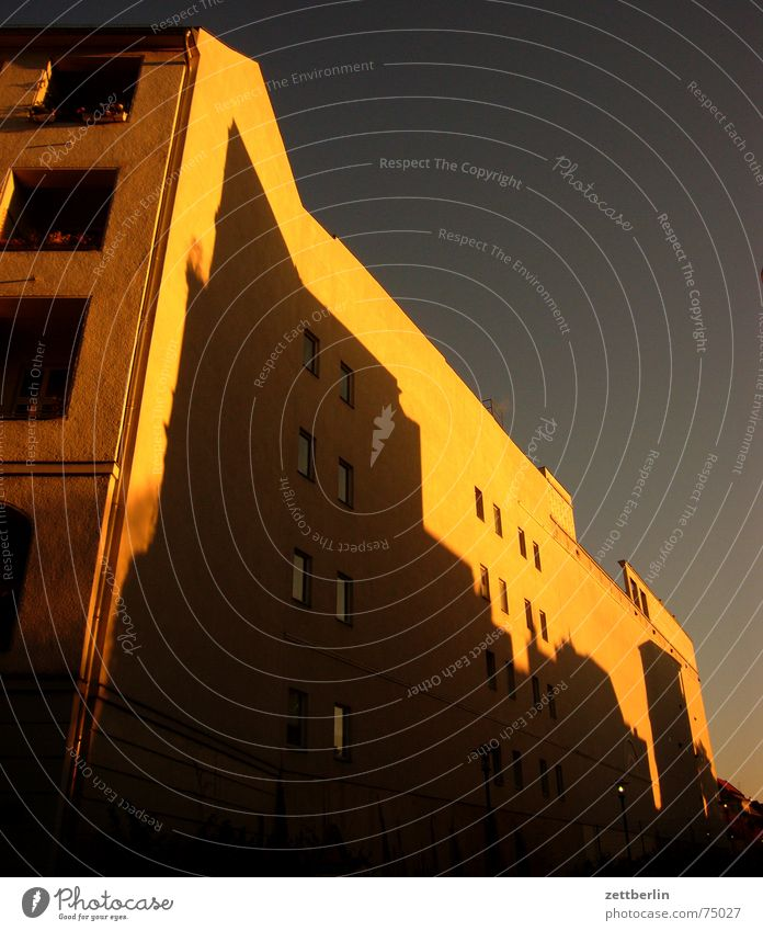 Haus Stadt Brandmauer Sonnenuntergang Mehrfamilienhaus Berlin Schatten carlitos way stürzende linien kein rechter winkel