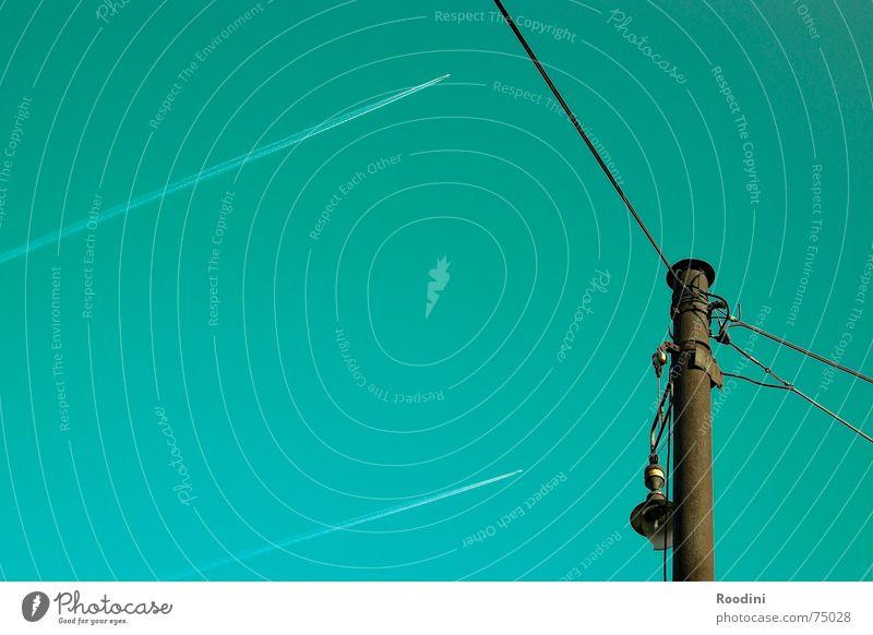 Die Leere dazwischen Elektrizität Oberleitung Hochspannungsleitung Laterne Flugzeug Strahlung türkis Kondensstreifen Jäger Militärflugzeuge Kabel Lampe kaputt