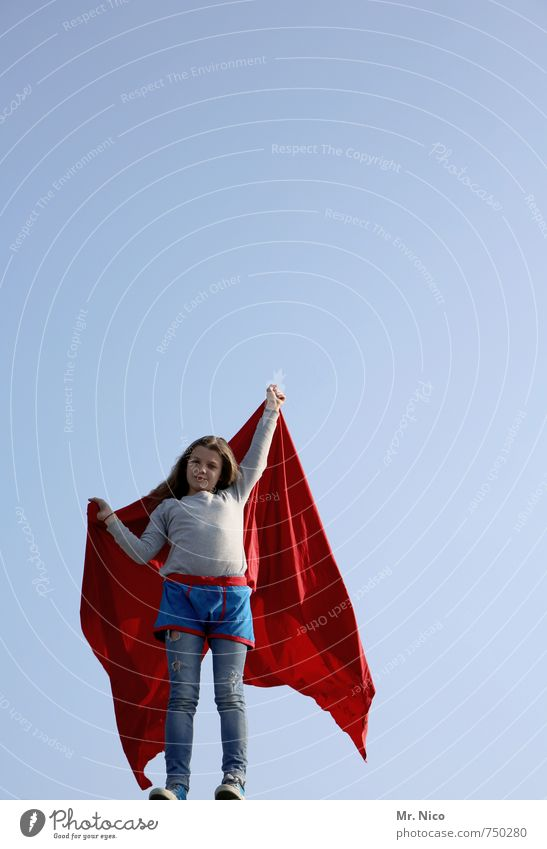 supergirl V Mensch Kind rot Mädchen Freude feminin Glück Kraft Kindheit blond stehen Schönes Wetter Coolness Lebensfreude Symbole & Metaphern festhalten