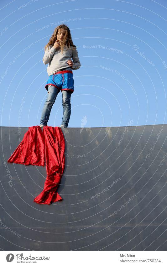 kool Lifestyle Halfpipe feminin 1 Mensch 8-13 Jahre Kind Kindheit Wolkenloser Himmel Schönes Wetter Bauwerk Gebäude Mauer Wand Stoff blond langhaarig beobachten