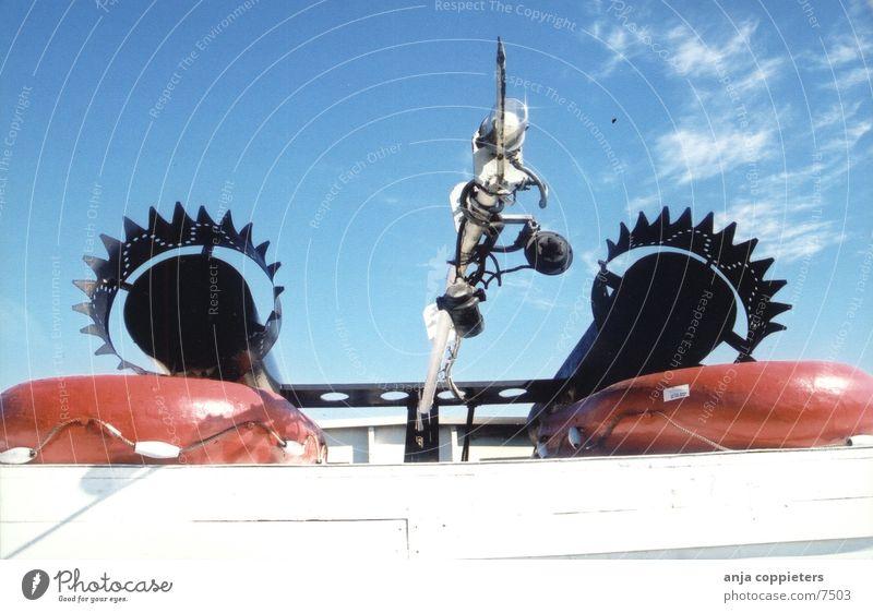Bootfahrt Wasserfahrzeug fahren Rettungsring rot Schifffahrt Himmel blau