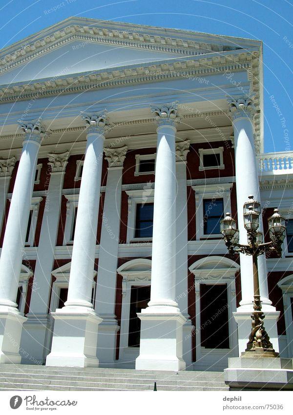 mein haus, meine.... Haus Gebäude Treppe Laterne Bauwerk Eingang Säule Südafrika Kapstadt Regierungssitz
