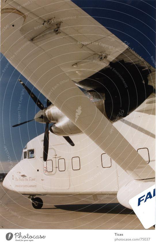 the world on time Flugzeug Mobilität Zeit weiß Propeller Güterverkehr & Logistik Ferien & Urlaub & Reisen unterwegs Pause fliegen Verkehr Tragfläche Triebwerke