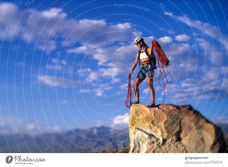 Mensch Wolken Erwachsene feminin Erfolg Abenteuer Klettern Mut Gleichgewicht Bergsteigen selbstbewußt greifen Klippe Tatkraft Führer 30-45 Jahre