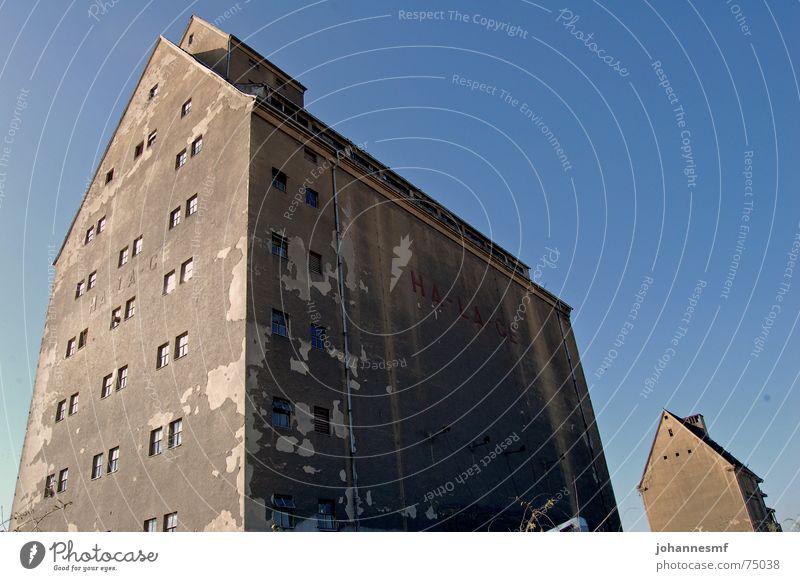 Leipziger Hafen alt Haus Gebäude groß Industrie verfallen Putz Dachboden unbenutzt