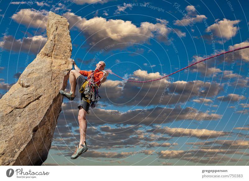 Mensch Wolken Erwachsene maskulin Erfolg Abenteuer Klettern Mut Gleichgewicht Bergsteigen selbstbewußt greifen Klippe Tatkraft Führer 30-45 Jahre