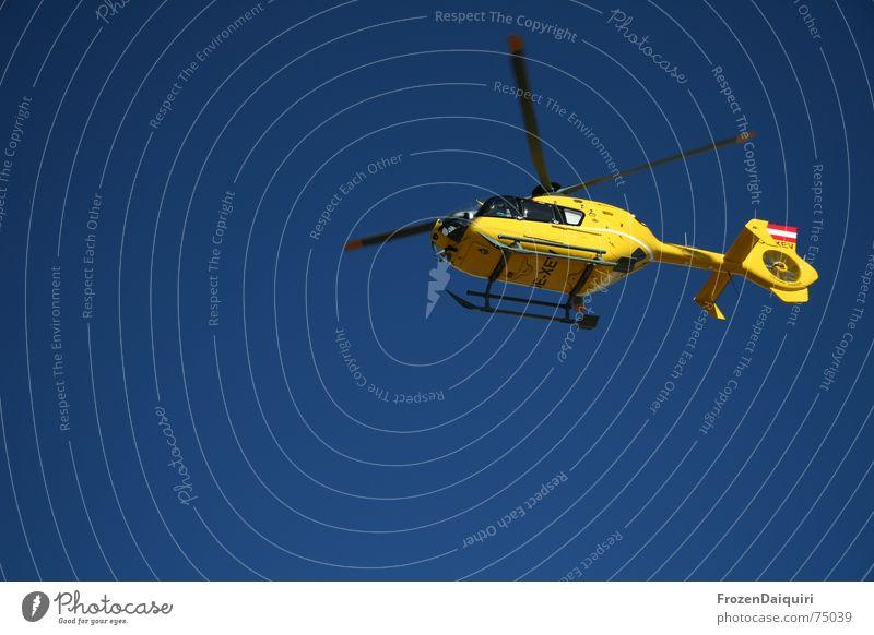 Christophorus Himmel blau gelb fliegen Luftverkehr Hilfsbereitschaft Rettung Erste Hilfe fliegend Hubschrauber Rotor Einsatz Lebensrettung Rettungshubschrauber Vor hellem Hintergrund