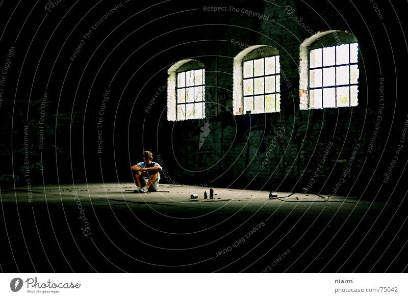 allein auf weiter Flur Einsamkeit Mann Fenster 3 Lichteinfall dunkel Denken erleuchten kalt Lichtkegel Scherbe hilflos ducken geschlossen Sprühdose Tagger Staub