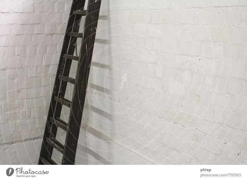 Leiter ins Eck Menschenleer Gebäude Mauer Wand Stein Beton Coolness eckig einfach hell kalt Stadt grau weiß Schutz Geborgenheit Vorsicht ruhig diszipliniert