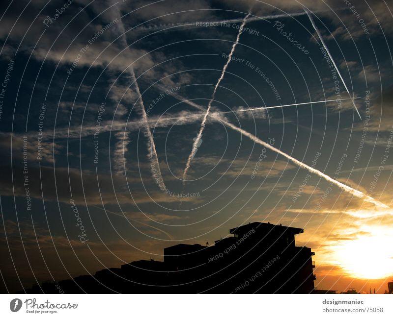 Starwars Atombombe Flugzeug Silhouette Dach Haus Sonnenaufgang dunkel Licht grau Wolken Kondensstreifen schwarz Frankfurt am Main Europa Gegenlicht Krieg
