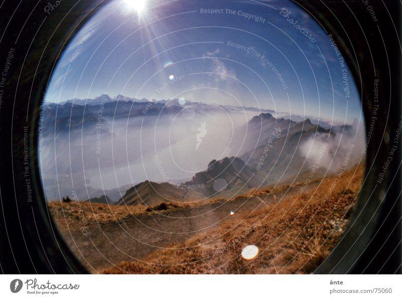 Alpenmärchen aus des Fisches Auge Wasser Sonne Erholung Freiheit Berge u. Gebirge See Wetter Freizeit & Hobby Nebel groß Perspektive Pause Rasen Niveau dünn