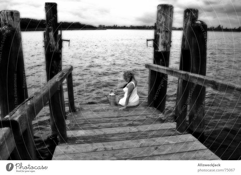 Grete kann's auch ohne Hans Frau Wasser Mädchen ruhig schwarz Einsamkeit Holz Küste Horizont sitzen trist Steg Langeweile Anlegestelle Kopftuch Gießkanne