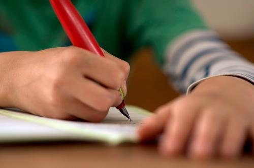 hitzefrei Mensch Kind Hand Schule Kindheit Arme Schriftzeichen Finger Papier Schulgebäude Bildung schreiben 8-13 Jahre Schüler Schreibstift üben