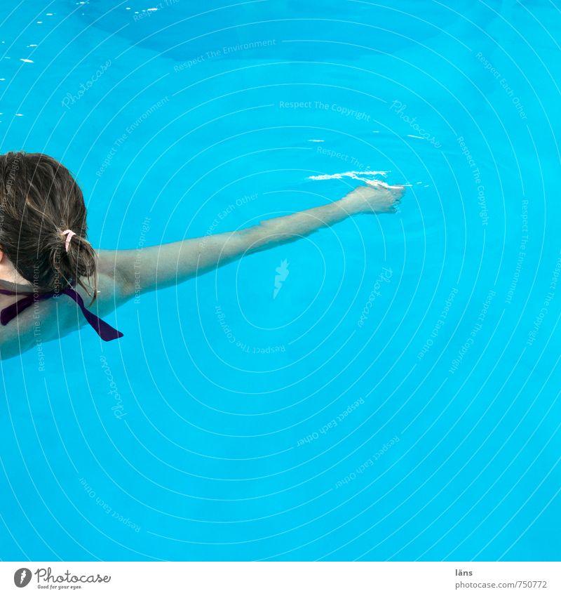 treiben lassen Mensch Frau Jugendliche blau Wasser Junge Frau Erholung ruhig Freude Erwachsene Leben feminin Schwimmen & Baden Kopf Gesundheitswesen