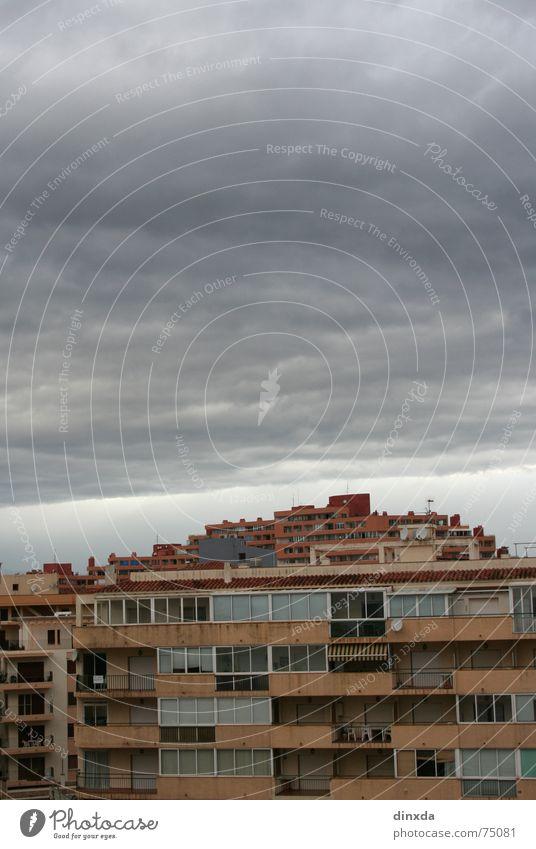zusammenbrauung Himmel dunkel grau Regen bedrohlich Gewitter Unwetter schwer Wolkendecke