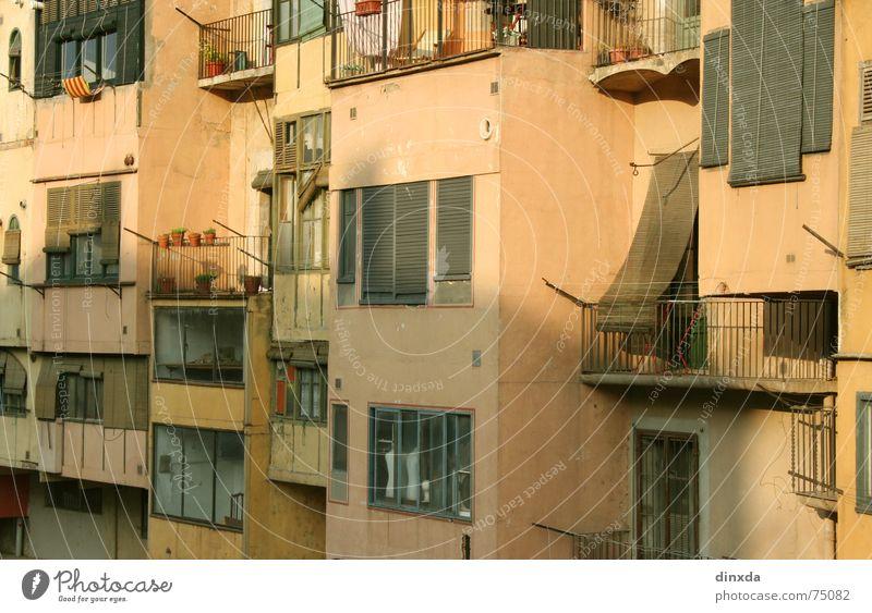 rollorollo Haus Fenster Wärme Süden Renovieren Häuserzeile Rollladen Rollo