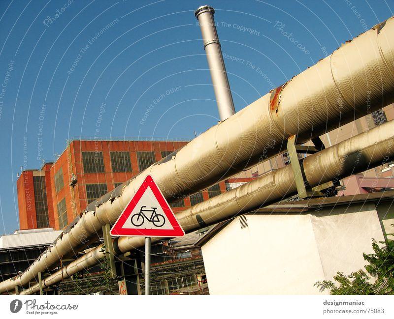 Rohrleitungen Fabrik Dach Zaun braun rot Frankfurt am Main Europa Außenaufnahme Dreieck Arbeit & Erwerbstätigkeit Backstein Elektrizität weiß Fahrrad Industrie