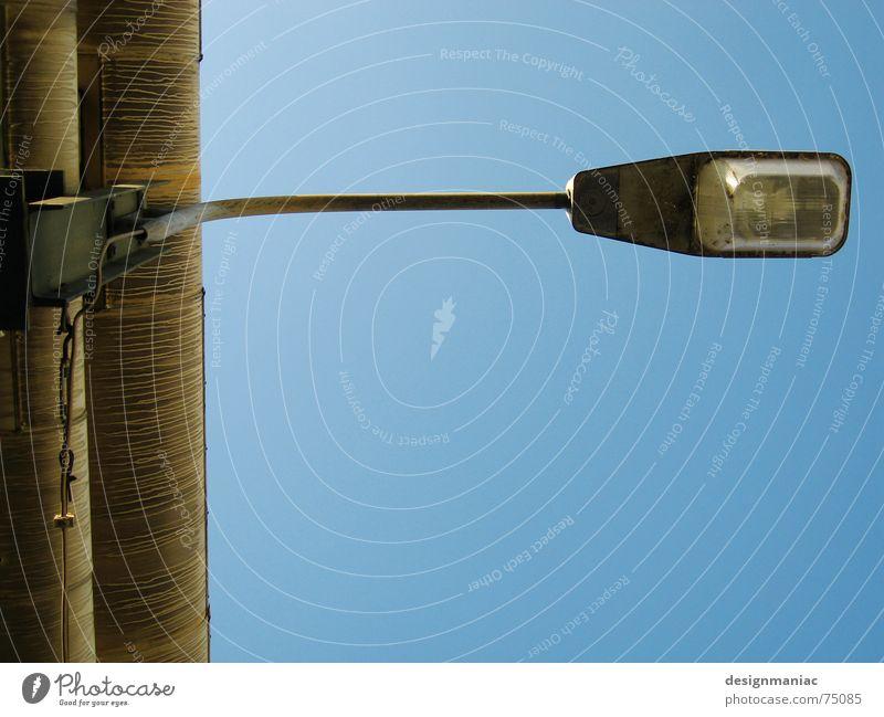Mach mich an! Frankfurt am Main Europa Außenaufnahme Elektrizität Lampe Ecke parallel leer Licht Stab Einsamkeit stark dünn schmal Eisen Stahl