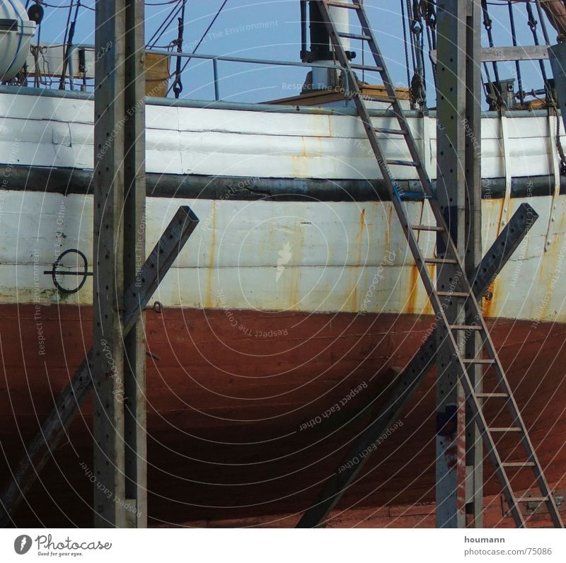Leider Kein Wasser... Wasserfahrzeug Segelboot Oberkörper Reparatur rot Leiter Freiheit Hafen Strommast segelnd ladder ship sailboat hull repair freedom harbour