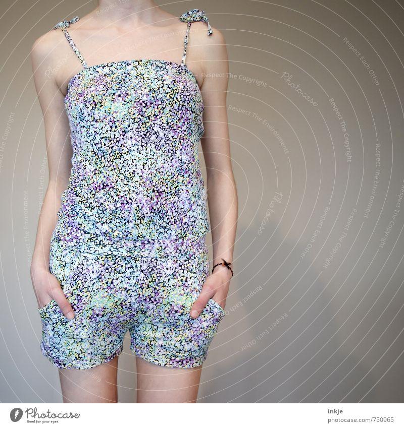 sommer Lifestyle Stil Mädchen Junge Frau Jugendliche Kindheit Leben Körper 1 Mensch 13-18 Jahre Mode Bekleidung Arbeitsanzug jumpsuit Shorts Top Blumenmuster