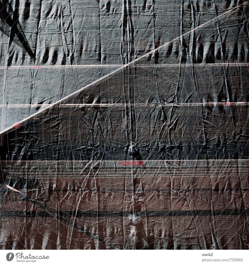 Faltenrock Baustelle Abdeckung Kunststoff Hülle Gestänge Baugerüst Faltenwurf hängen dunkel dünn authentisch fest beweglich Kunststoffverpackung Hausmauer