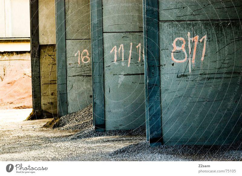 Tor 1 2 3 oder 4 Industriefotografie industriell Haufen Wand 8 Garage nebeneinander rot industrial Sand Stein Ziffern & Zahlen 11 Schatten light