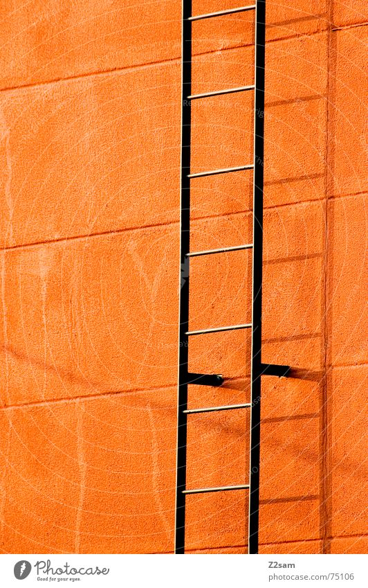 Leiter ins nichts Farbe Wand oben Linie orange Metall leer Treppe unten aufwärts steigen Stab grell Feuerleiter