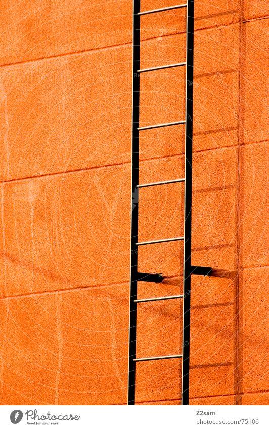 Leiter ins nichts Wand grell Feuerleiter steigen unten Stab stairs Treppe leer nothing Schatten orange Farbe aufwärts oben Metall gestänge Linie
