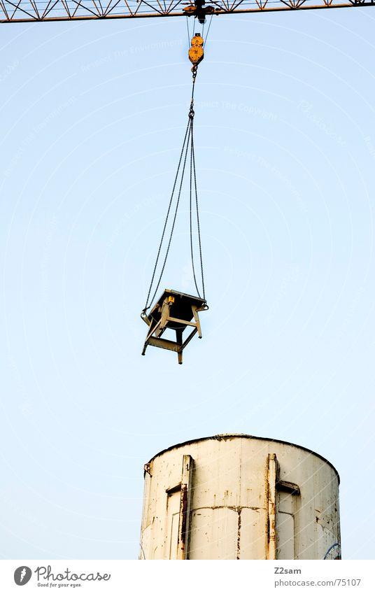 hung up II hängen Tisch Baustelle Silo Fass Vogelperspektive Schweben Industriefotografie krahn Seil Kette industrial desk Himmel blau