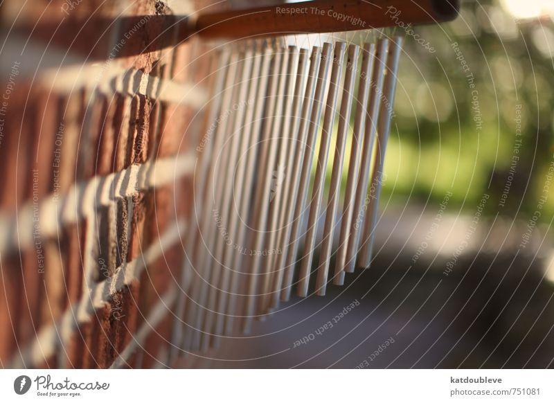 carillon éolien Natur Sonne Sonnenlicht Frühling Sommer Wetter Schönes Wetter Garten Wiese Haus Einfamilienhaus Traumhaus Gebäude Mauer Wand Metall Stahl
