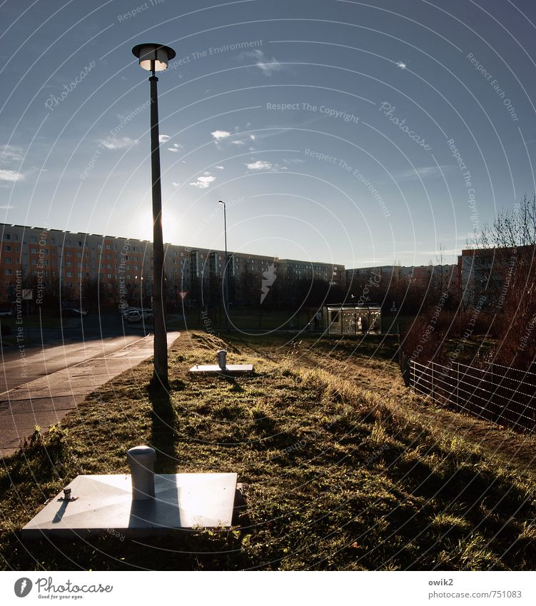 Ostbronx Himmel Stadt Haus Straße Gras Wege & Pfade hell Schönes Wetter Straßenbeleuchtung Bürgersteig Zaun Wolkenloser Himmel Barriere Plattenbau Stadtrand