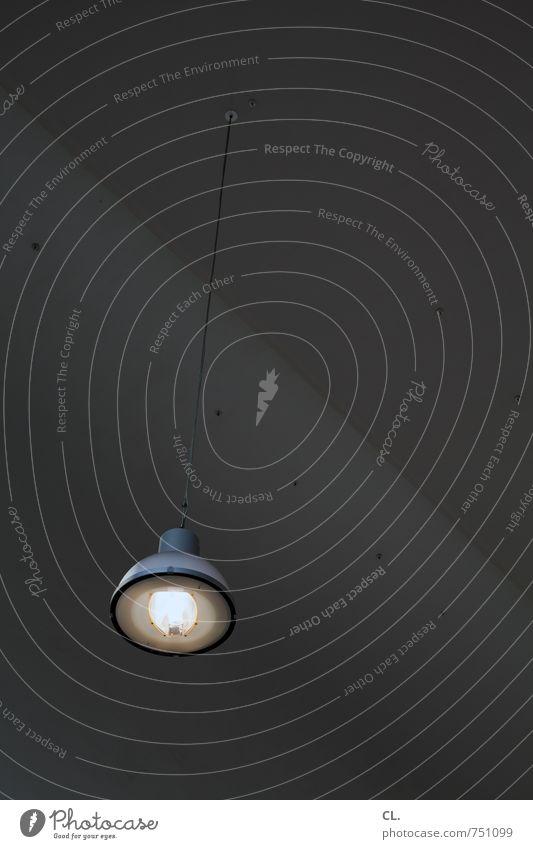 rumhängen Haus Gebäude Architektur Mauer Wand dunkel hell Einsamkeit einzigartig stagnierend Lampe Lampenlicht Glühbirne Licht Beleuchtung Deckenbeleuchtung
