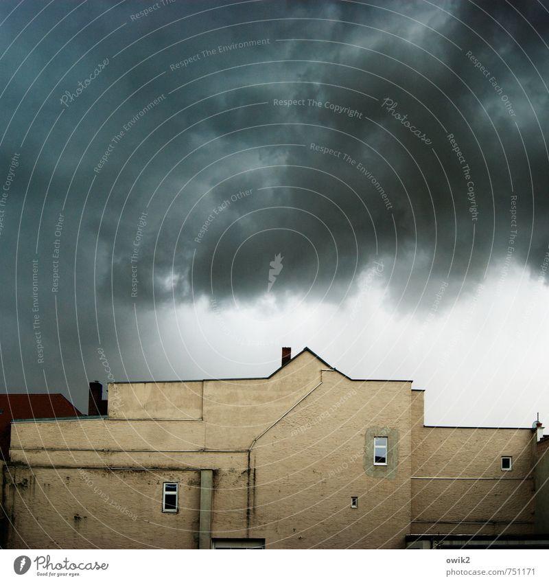 Brauerei Umwelt Natur Himmel Gewitterwolken Klima Klimawandel Wetter schlechtes Wetter Unwetter bevölkert Haus Mauer Wand Fassade Fenster Schornstein toben