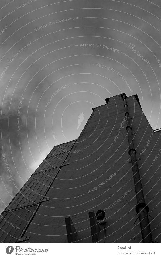 ohne viel Firlefanz Mauer Zeche Gebäude Wand steil Dachrinne Wolken Licht Säule Hochhaus Fassade Förderturm hoch regenrohr Himmel Kontrast Ecke Turm Baustelle