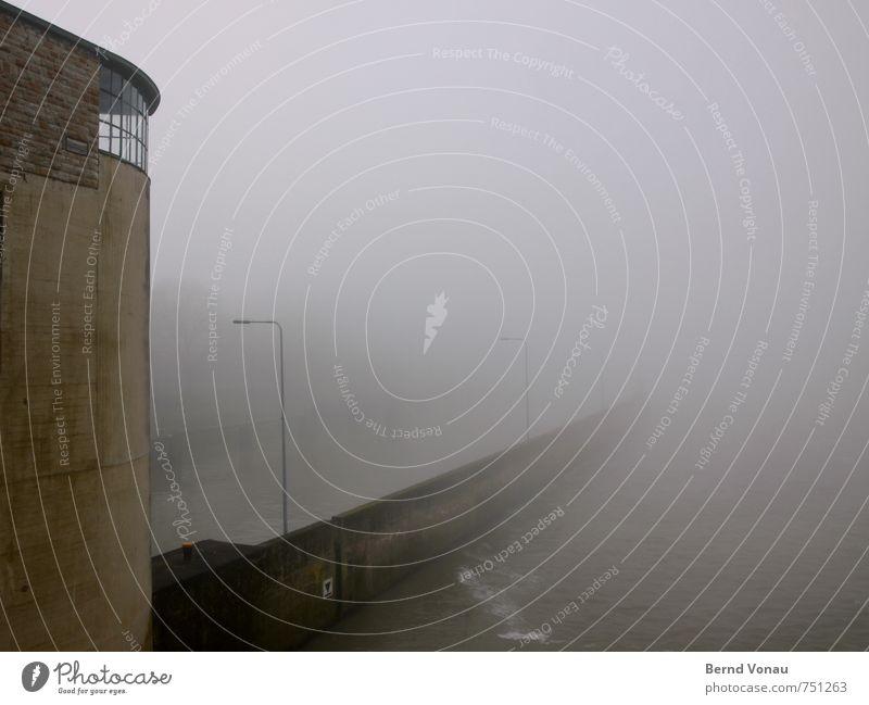 neblig trüb Hafen Mauer Wand Fenster Dach Schifffahrt Binnenschifffahrt trist braun grau Stimmung Nebel Laterne Laternenpfahl Wasser Fluss Neckar Staustufe