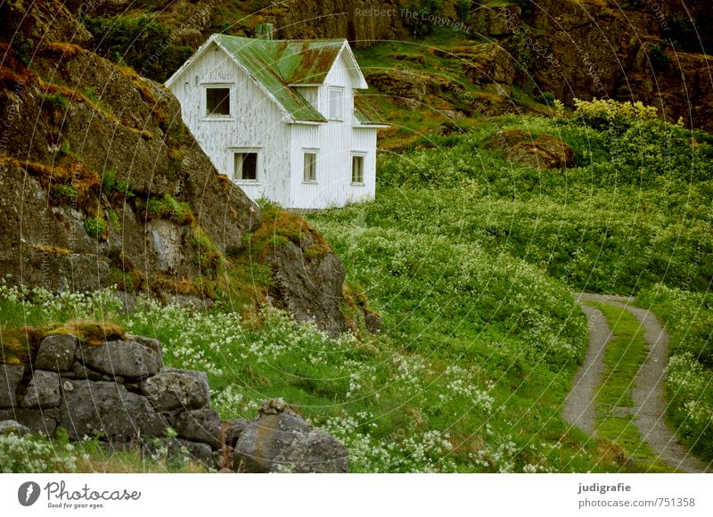 Vesterålen Umwelt Natur Landschaft Felsen Norwegen Vesteralen Haus Einfamilienhaus Wege & Pfade Stimmung Einsamkeit Idylle Häusliches Leben Farbfoto