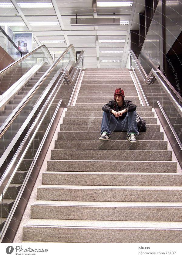 take_a_break ruhig Schulgebäude Schüler Maschine Mensch Flughafen Rolltreppe Denken laufen Traurigkeit warten Langeweile Trauer Einsamkeit Pause resignieren