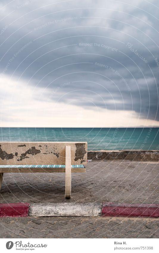 Vor dem Sturm Himmel Meer Einsamkeit Wolken dunkel Frühling Horizont Wind bedrohlich Bank verfallen Bürgersteig Unwetter Sturm schlechtes Wetter Promenade