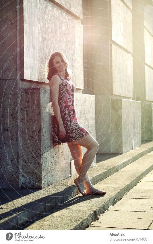 Gegenlichtbayerin! Jugendliche schön Junge Frau 18-30 Jahre Erwachsene feminin lachen Glück Beine Fuß Fassade Körper leuchten stehen ästhetisch Fröhlichkeit