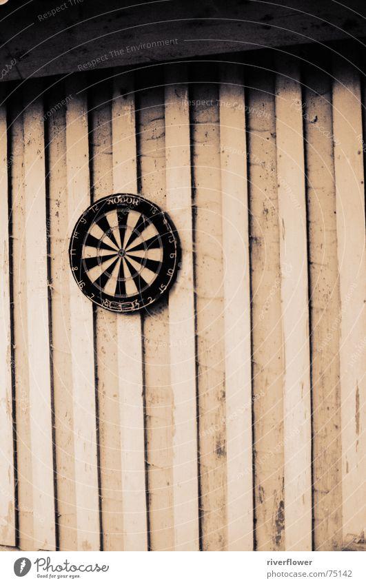 Dart und Holz schwarz Einsamkeit Traurigkeit Hütte Sepia Darts