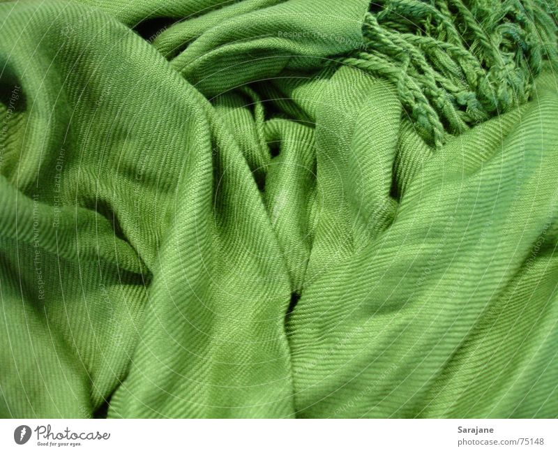 grüner Wuschelschal grün Winter kalt Schnee Herbst Wärme Mode Bekleidung Stoff Physik Falte durcheinander Hals Geborgenheit kuschlig Textilien