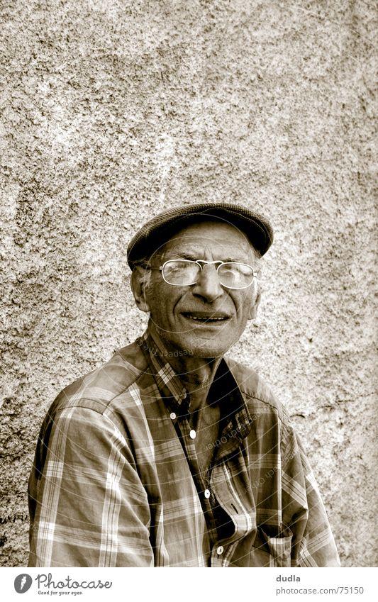 lazy greek evening Senior Großvater Griechenland faulenzen Brille Langeweile warten sitzen