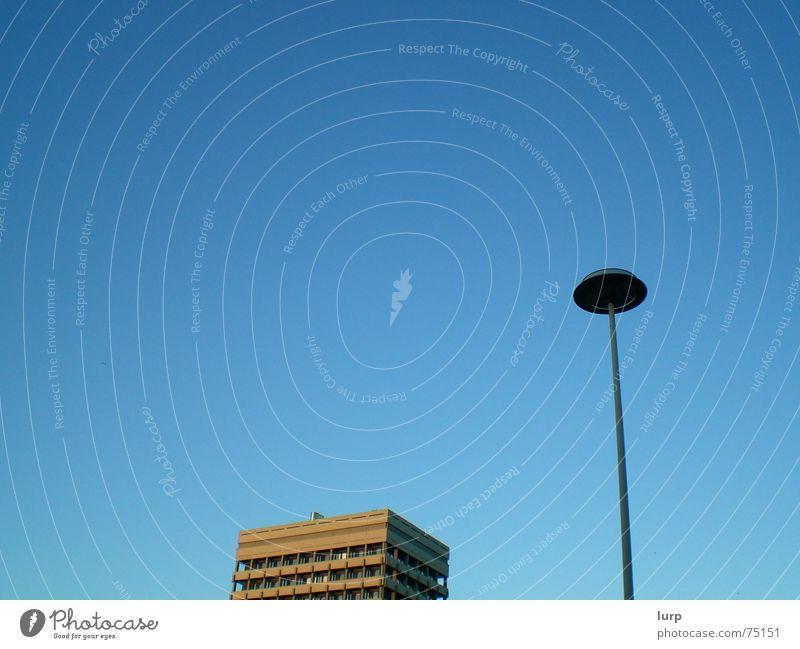 dick und doof? Himmel blau Sommer Haus Gebäude Luft Lampe braun Hochhaus Laterne aufwärts Kiel