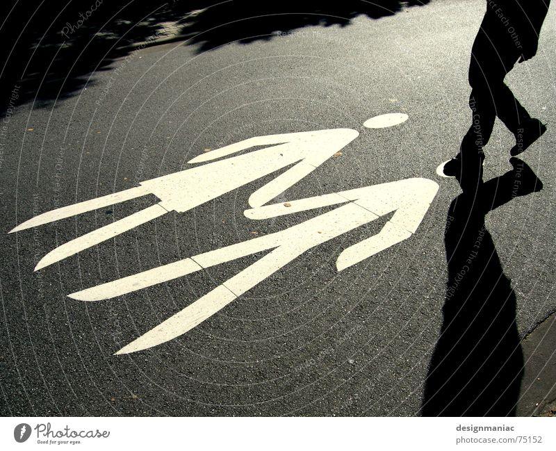 Kopflose Eifersucht Mann Frau schwarz weiß grau Yin und Yang Symbole & Metaphern Schlagschatten treten gehen stoppen Licht dunkel Asphalt Hand in Hand