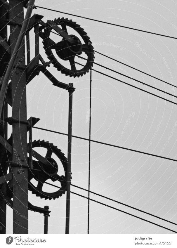 Spannung Bahnanlage Mechanik Elektrizität Stahl Verbundenheit Konstruktion schwarz weiß grau Technik & Technologie Zahnrad Kabel Leitung Strommast